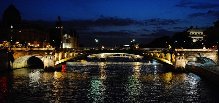 Vista noturna do rio Sena