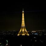 Vista noturna da torre mais famosa do mundo a partir do terraço do Arco do Triunfo