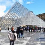 Pirâmide que dá acesso à visitação ao Louvre.